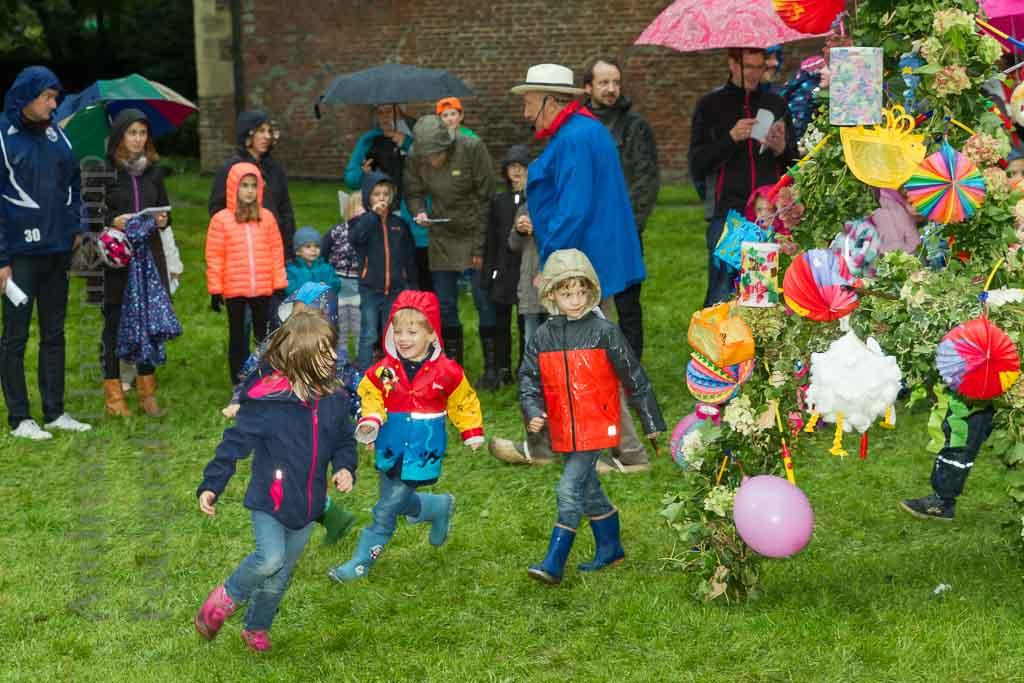 Bernhard Roer sucht - und die Kinder genießen schon den Rundlauf um die Lampion-Pyramide. Foto: anh.