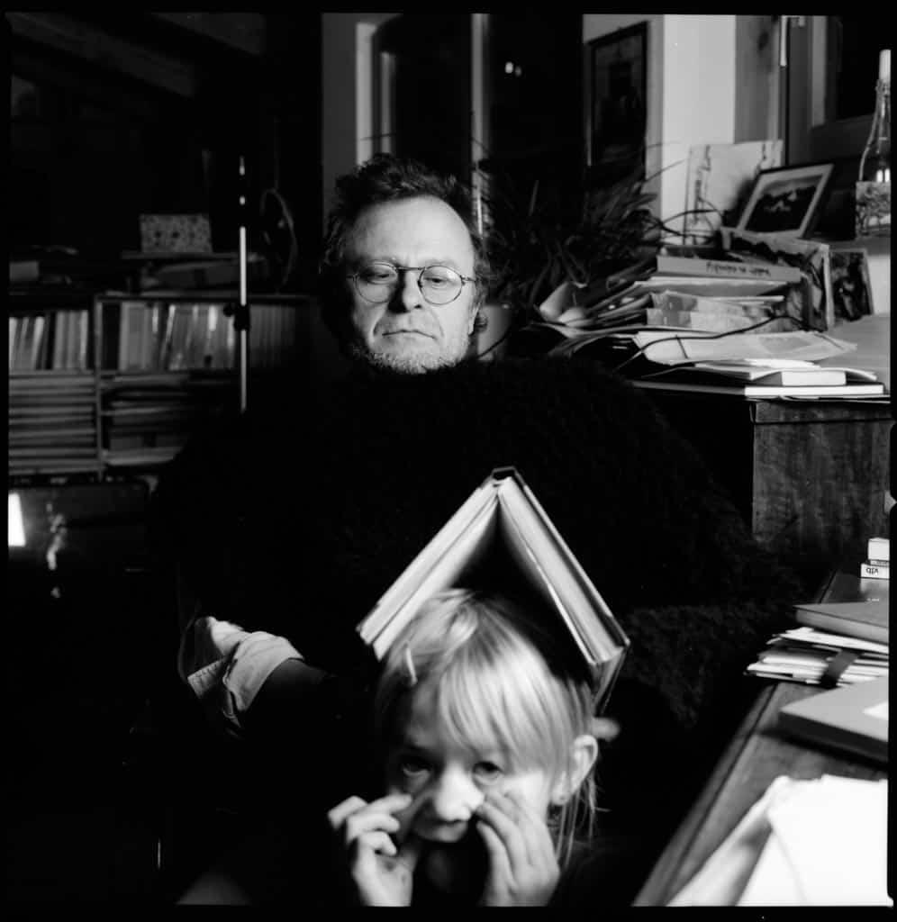 Portrait von Schriftsteller Richard Wall und seiner Tochter, Engerwitzdorf, Schwarzweissfotografie Hasselblad, analoge Fotografie