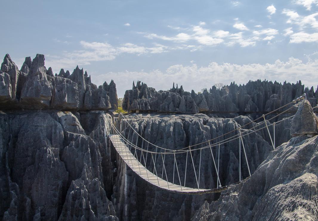 Madagascar Vue sur le pont suspendu des Tsingy de Bemaraha