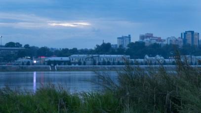 abends Blick über die Angara auf den Irkutsker Bahnhof