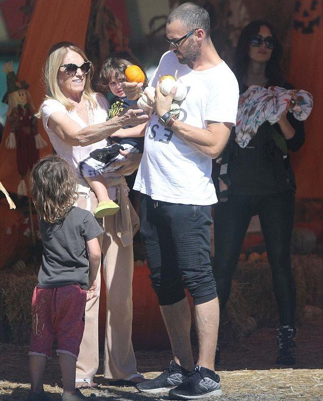 Семейная прогулка: Меган Фокс с детьми и мужем прогулялись за тыквами