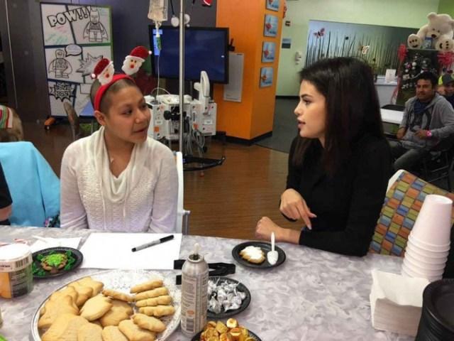Селена Гомес на Рождество навестила детей в больнице
