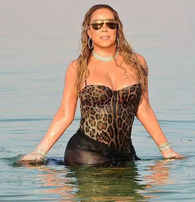 Дива морская: Мэрайя Кэри купается в море, не снимая драгоценности