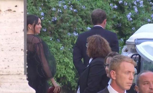 Чёрное платье и серьги с блошиного рынка - стилисты осудили наряд Меган Маркл на свадьбе подруги