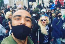 Мадонна пришла на акцию протеста на костылях