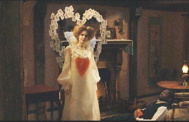 Брэд Питт раздаёт еду, а Анджелина Джоли демонстрирует образ Королевы Червей