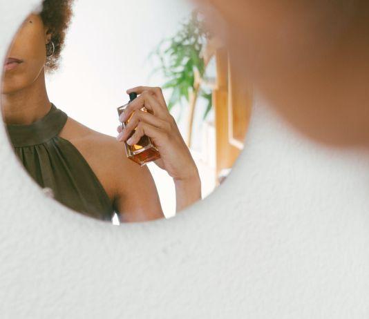Мужчин привлекает запах цветочного парфюма, а женщин - древесного