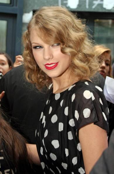 Taylor+Swift-ρετρό χτενισματα-woman-oclock