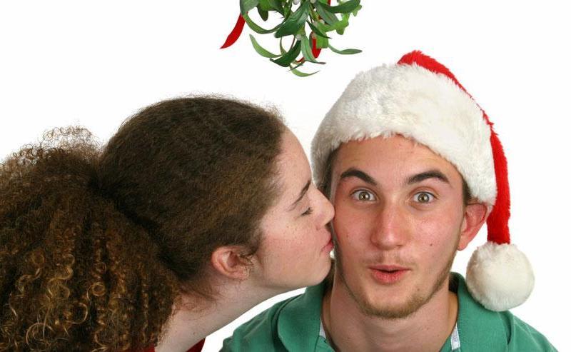 Γιατί φιλιόμαστε κάτω από το γκι; Να γιατί πρέπει να το κάνεις! - womanoclock