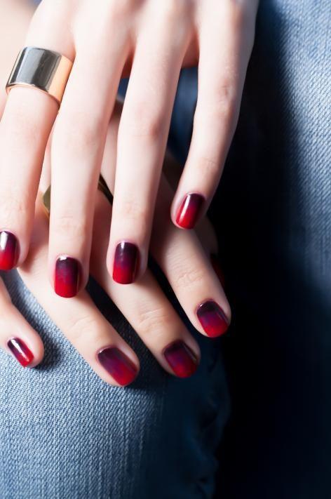 Σχέδια και νύχια μπορντό: ένα διαχρονικό χρώμα για τα άκρα σας