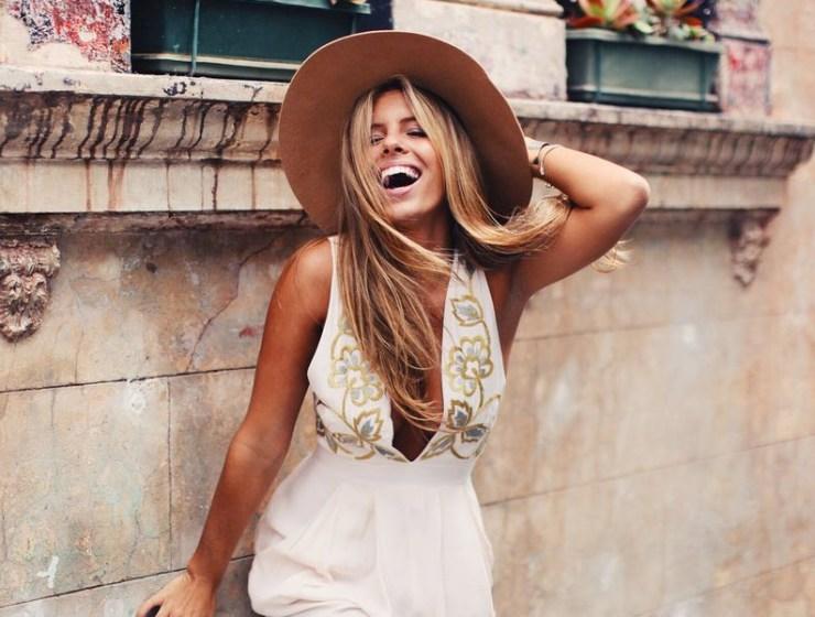 576f1c0728 3 συμβουλές για όσες νιώθετε άβολα όταν φοράτε μεγάλα καπέλα έξω