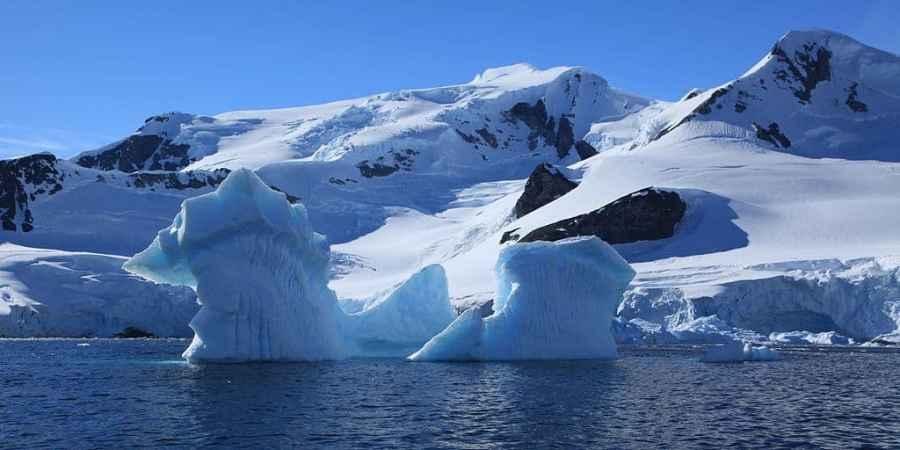 1024px-Iceberg_in_Paradise_Harbour,_Antarctica_(6087903658)