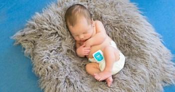 תינוק עם מכשיר PICO לניטור נשימות