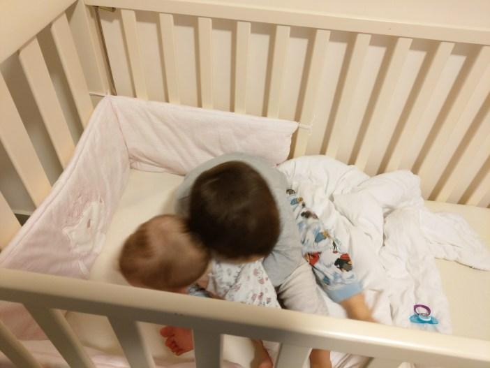 ילדים במיטת תינוק עם סט למיטה של TOTS