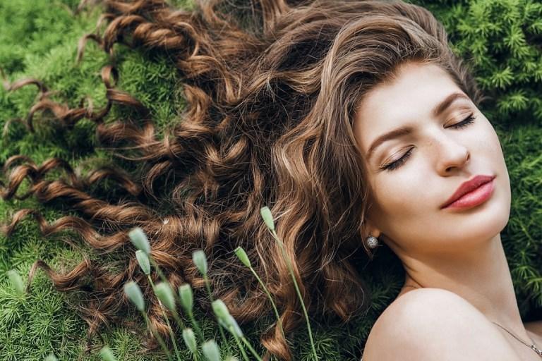 6 טיפים לעונת המעבר לשיקום השיער מנזקי החורף