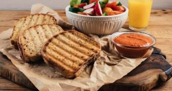 טוסט גבינת עיזים וממרח פלפלים ללא גלוטן