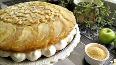 Photo of עוגת תפוחים וקרמל טבעונית עם קרם וניל שקדים