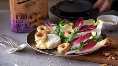Photo of סלט של סלקים, אנדיב, גבינת קממבר וכעכי טרליני