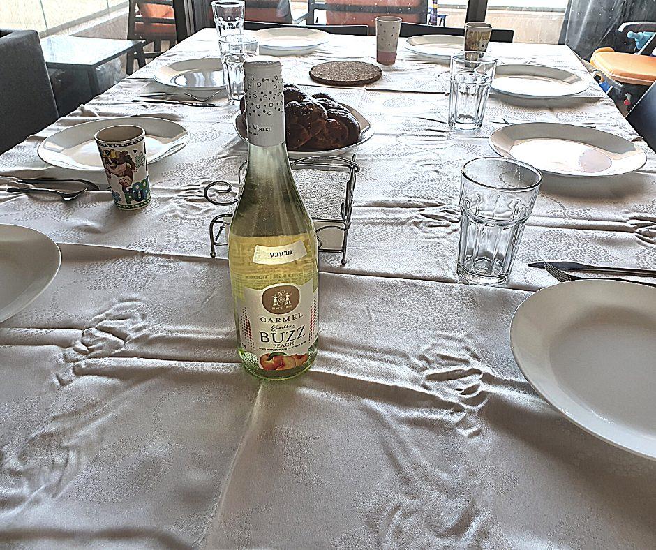 יין מבעבע בטעם אפרסק של יינות כרמל