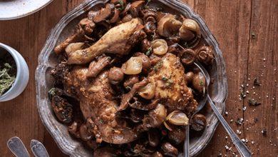 תבשיל כרעיים ברוטב פטריות, ערמונים ובצלצלי שאלוט