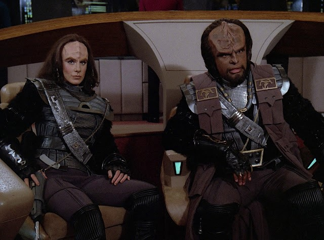 K'ehleyr and Worf in Klingon dress on the Enterprise bridge