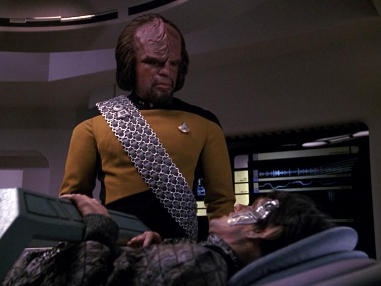 Worf speaks to the Romulan Petahk in sickbay
