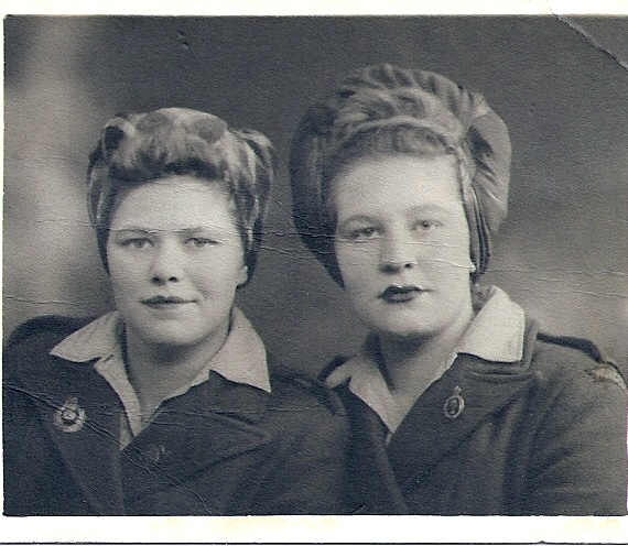 Daphne Yvonne Dupree with fellow Land Girl