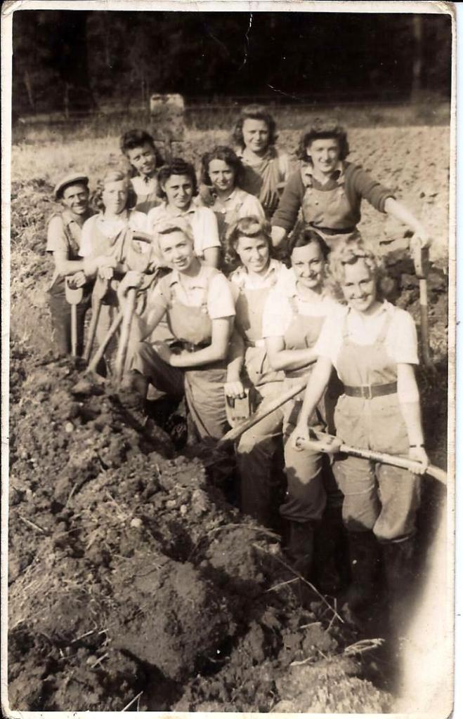 Florence Louisa Mullender with fellow Land Girls digging a ditch