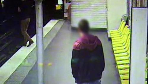 Thief pickpockets drunk man