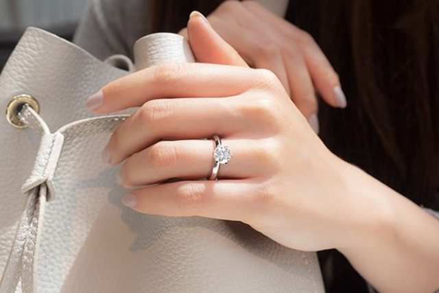 Solitaire Classic Engagement Rings