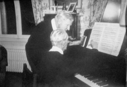 Ger Samson ontvangt piano-onderricht van een oude meester, jaren 70
