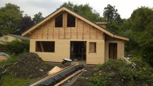 Voorbeeld van een huis dat gebouwd is met een combinatie van houtstapelbouw en houtskeletbouw