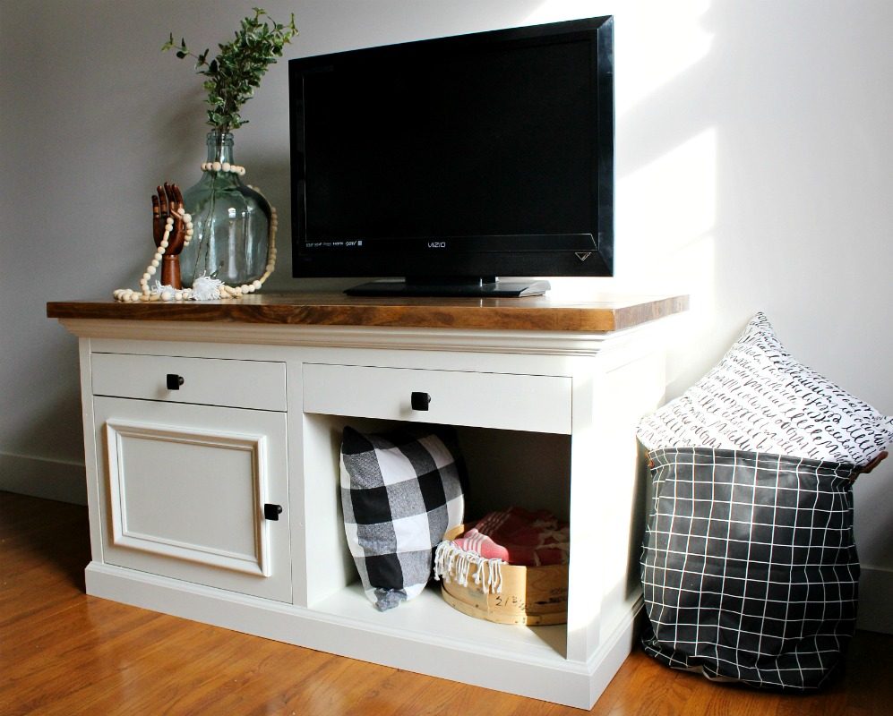 DIY TV Stand that's strong enough to hold an aquarium! Sturdy and stylish, this DIY tutorial will show you how to build your own. Grab the free woodworking plans here