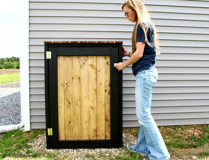 Shara closing and latching trash can cover frame door