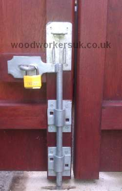 Lockable dropbolt fitted to a pair of gates