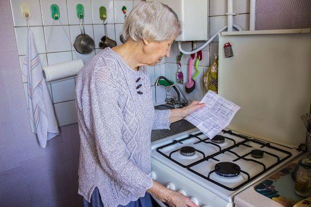 Oudere dame bekijkt haar energierekening Getty Images