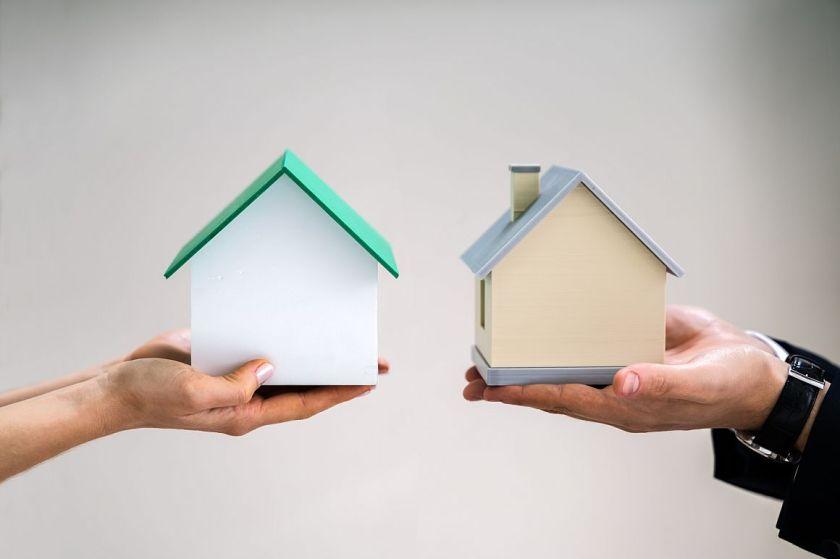 Twee handen ruilen huis