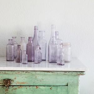 mooie flessen op een rij  voor het paarse detail