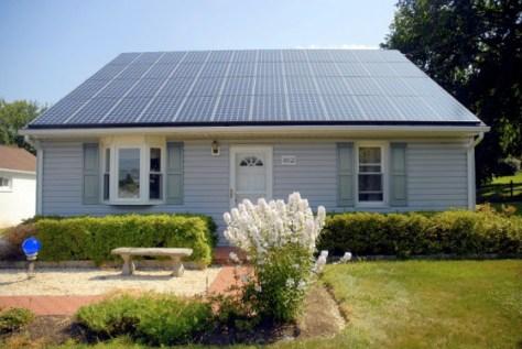 een dak vol zonnepanelen via zonnepanelen-weetjes.nl
