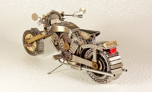 Motocicleta hecha con partes de reloj