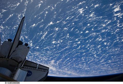 Transbordador espacial Discovery sobre la tierra