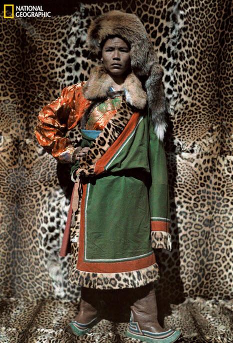 Hombre con traje de piel de leopardo