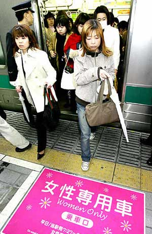 https://i0.wp.com/www.wordpress.tokyotimes.org/archives/women_only_trains02.jpg
