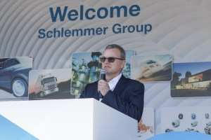Schlemmer-CEO Josef Minster bei der Eröffnungsrede am Standort Haßfurt