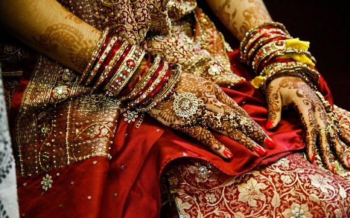 bride-mahandi-hand-and-bangles-wear