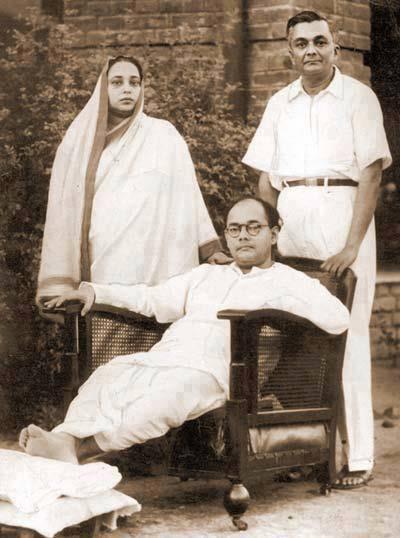 13. Netaji Subash Chandra Bose with his parents.