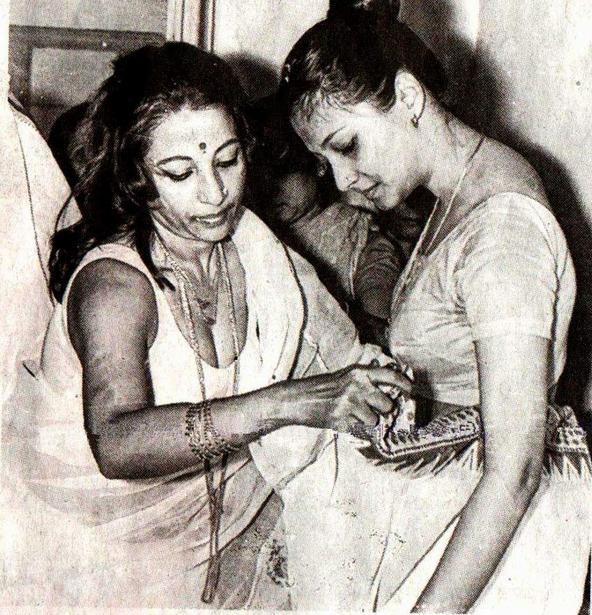 45.Suchitra Sen with daughter Moon Moon Sen during a film shooting dressing room.