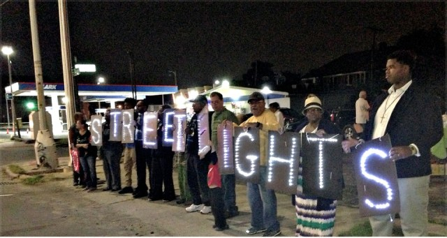 Walkers win street lights in Detroit. Aug. 27.WW photo: Martha Grevatt