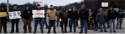 Workers on the picket line at refinery in Catlettsburg, Ky.WW photo: Benji Pyles