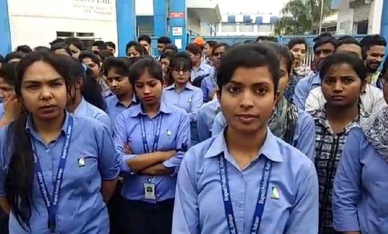 Photo of माइक्रोमैक्स कंपनी में ढाई सौ लड़के लड़कियां फैक्ट्री में ही धरने पर बैठे